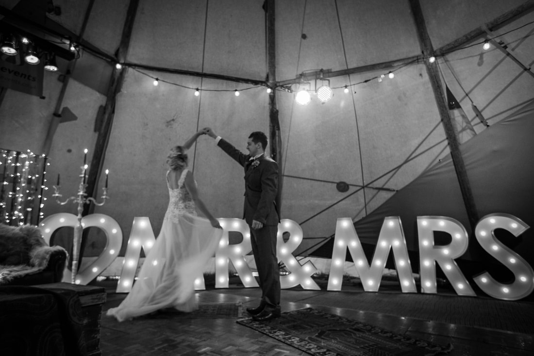 Black & white picture of wedding couple dancing